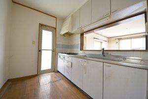 佐伯区湯来町伏谷の買取中古住宅の対面システムキッチンA