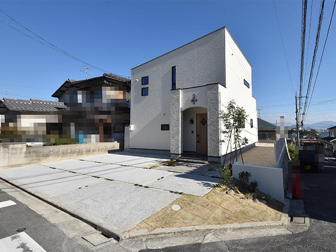 白い外観に木調扉新築住宅の完成外観写真
