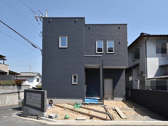 この土地に建築中の注文住宅は黒の外観が魅力