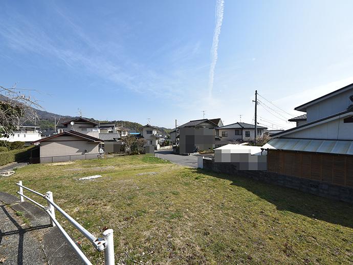 閑静な住宅街の土地を2区画割した写真