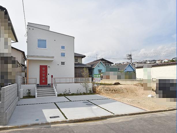 白い外観に赤いドアが映える建売住宅完成外観