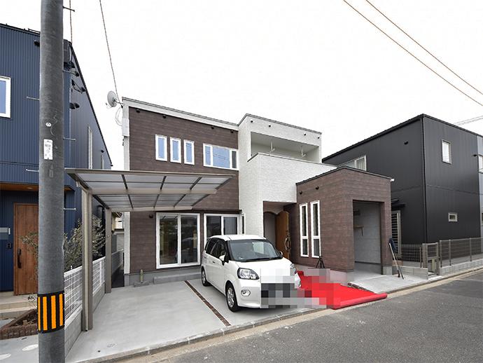 この4区画の土地に建築された注文住宅の完成外観写真