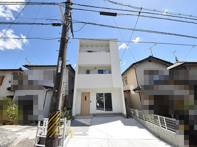 新築建売分譲住宅の正面からの完成写真