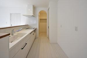 白いキッチンとパントリー1.5帖